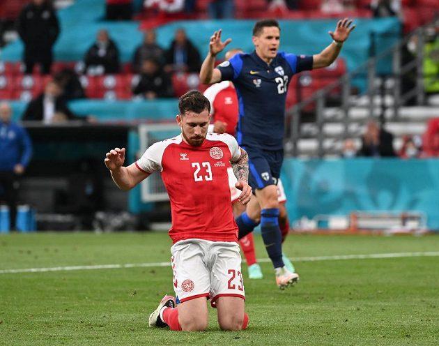 Zdrcený Dán Pierre-Emile Höjbjerg poté, co nedal penaltu proti Finům.