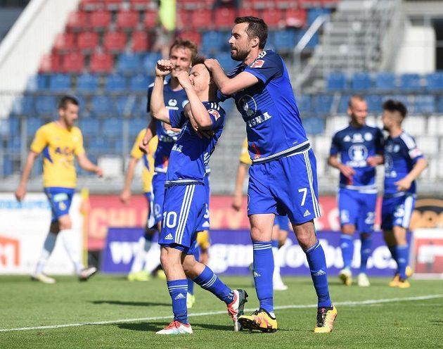 Střelec čtvrtého gólu Sigmy Jan Navrátil (uprostřed), vlevo autor druhé trefy do teplické sítě Tomáš Chorý a Michal Ordoš, který dal třetí olomoucký gól.