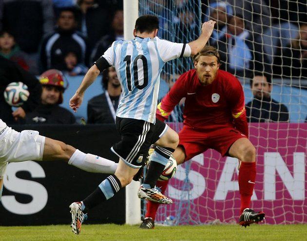 Lionel Messi (10) dává gól slovinskému brankáři Vidu Belecovi.