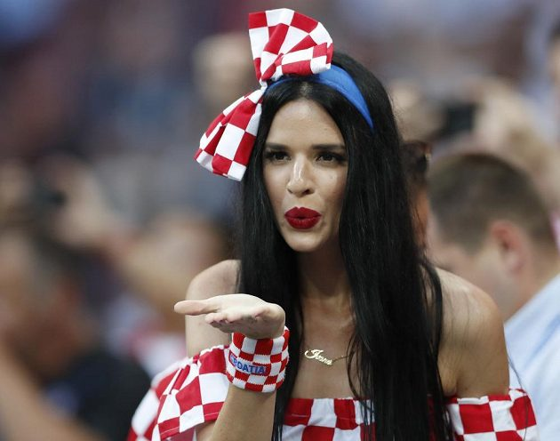 Chorvatská fanynka poslala na hřiště vzdušný polibek. V úvodu semifinálového zápasu MS ale měla navrch Anglie.
