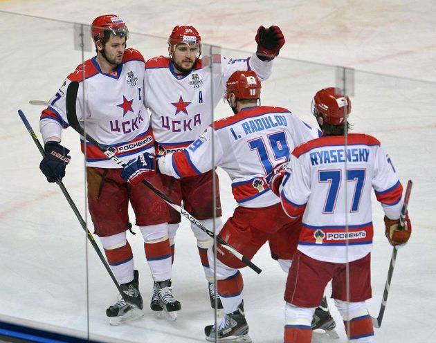 Hráči CSKA Moskva se radují z úvodní branky duelu proti Lvu Praha (její autor Igor Radulov druhý zprava).