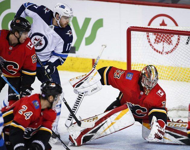 Gólman Calgary Flames David Rittich v akci během utkání NHL.