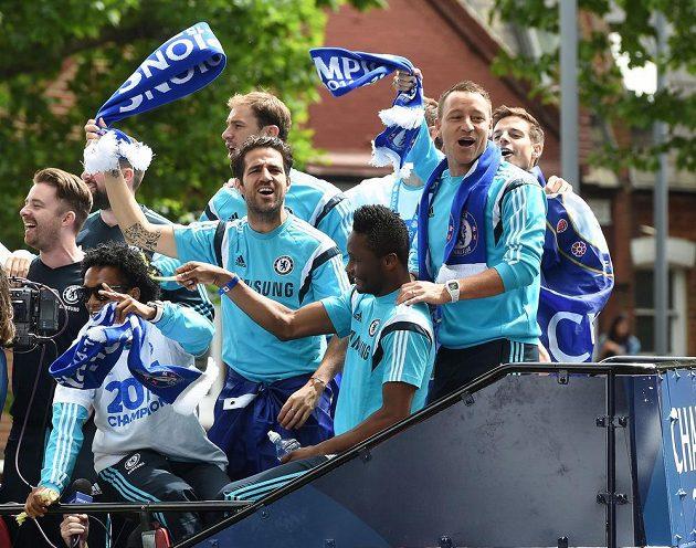 Fotbalisté Chelsea Cesc Fábregas, John Terry a John Obi Mikel během oslav s fanoušky v ulicích Londýna.