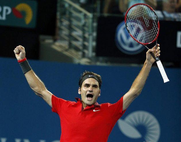 Roger Federer slaví jubilejní výhru.