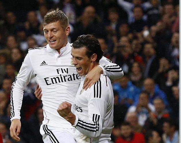 Záložník Realu Madrid Gareth Bale (dole) se raduje z gólu do sítě Vallecana, který mu připravil jeho spoluhráč Toni Kroos.