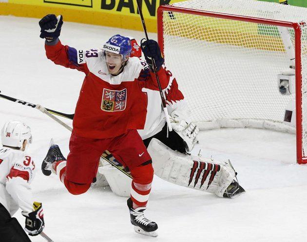 Český útočník Dmítrij Jaškin se raduje po vyrovnávacím gólu Dominika Kubalíka proti Švýcarsku.