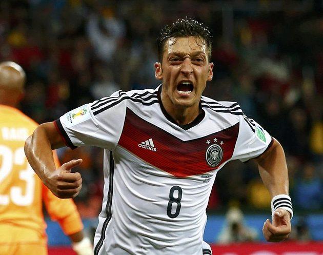 Mesut Özil slaví druhý německý gól v alžírské síti.