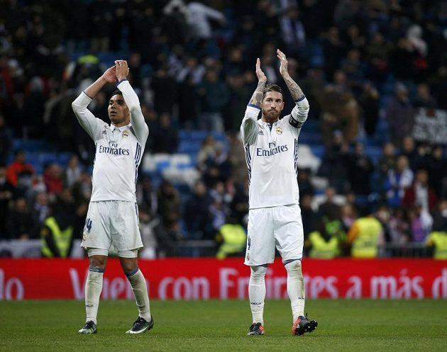 Fotbalisté Realu Madrid Casemiro (vlevo) a Sergio Ramos slaví po utkání španělské ligy se San Sebastianem.