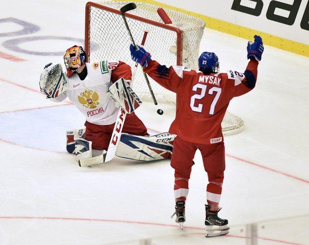 Brankář Jaroslav Askarov z Ruska dostává druhý gól, vpravo jeho autor Jan Myšák.