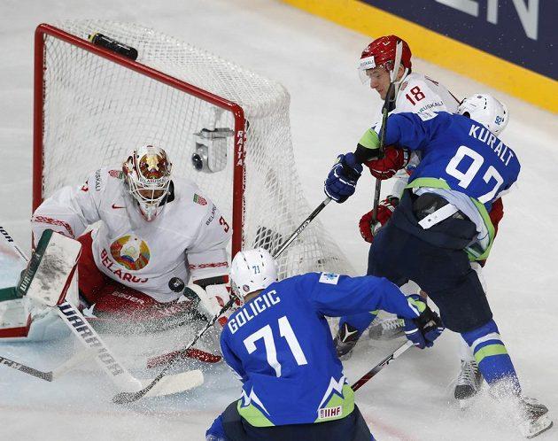 Závar před běloruskou brankou v utkání se Slovinskem na MS.