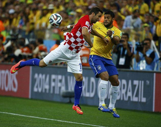 Chorvatský fotbalista Darijo Srna (vlevo) v souboji s Brazilcem Hulkem.