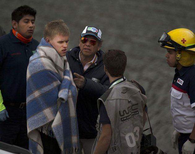 Ott Tanak, pilot Fordu Fiesta WRC, zabalený do deky po pádu do vodní nádrže.