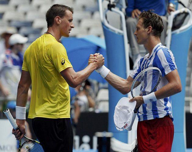 Tenista Tomáš Berdych si podává ruku s Kennym de Schepperem, kterého vyřadil v 2. kole Australian Open.