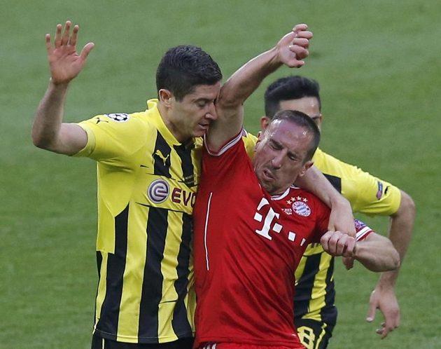 Fotbalista Bayernu Mnichov Franck Ribéry (vpravo) při srážce s Robertem Lewandowskim z Dortmundu.