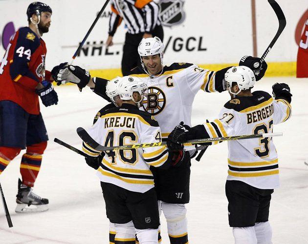 Zdeno Chára (33) slaví svou trefu po asistenci Davida Krejčího. Český útočník si připsal už 300. gólovou přihrávku v NHL.