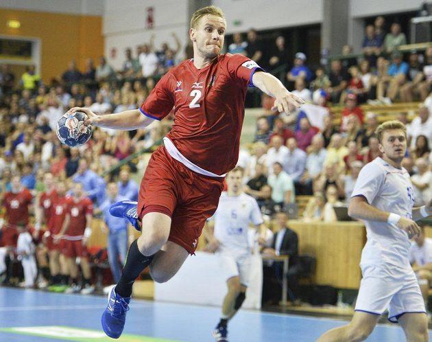 Český hráč Jakub Hrstka zakončuje akci během úvodního utkání play off kvalifikace mistrovství světa házenkářů. Češi vyhráli o gól nad Ruskem.