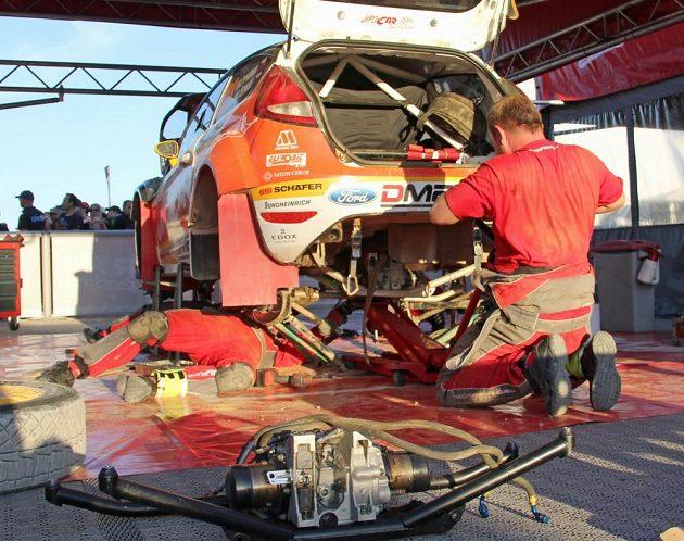 Ford Fiesta WRC Martina Prokopa v rukou mechaniků v servisní zóně Portugalské rallye.
