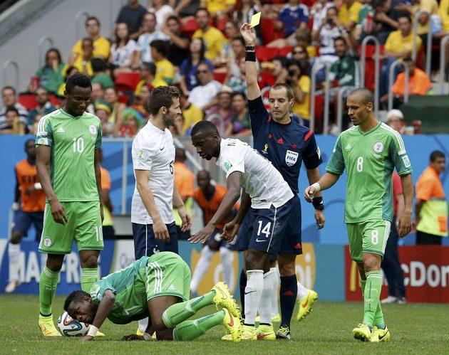 Blaise Matuidi (14) vyfasoval za svůj ošklivý faul na Nigerijce Ogenyiho Onaziho žlutou kartu.