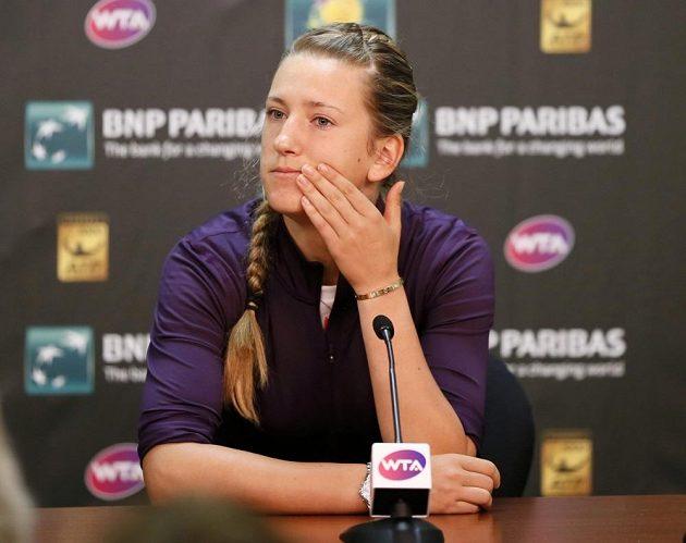 Viktoria Azarenková vysvětluje na tiskové konferenci odstoupení z turnaje v Indian Wells kvůli zranění pravého kotníku.