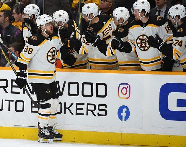 Bostonská radost. Útočník David Pastrňák slaví se spoluhráči z týmu Bruins gól vstřelený na ledě Nashville Predators.