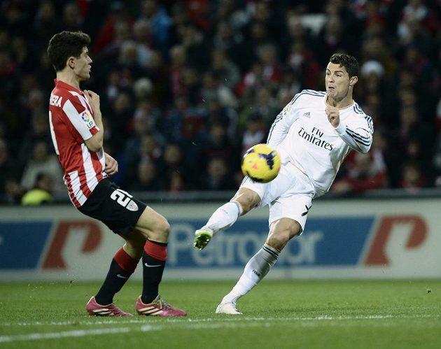 Hvězda Realu Madrid Cristiano Ronaldo (vpravo) odehrává míč před Anderem Herrerou z Bilbaa.