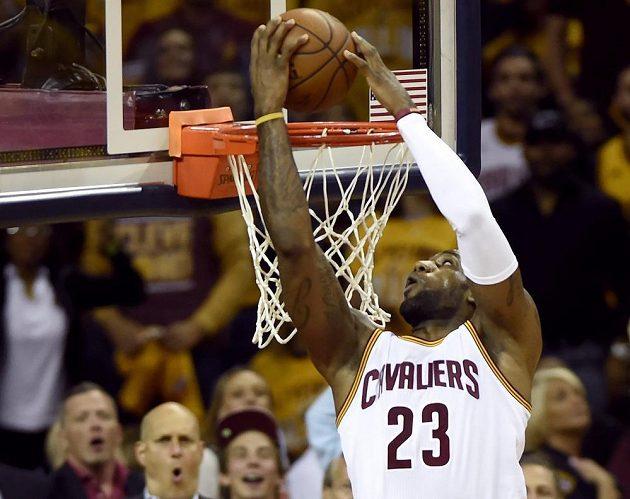 LeBron James dává koš.