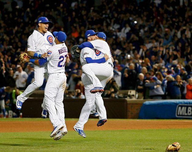 Hráči Chicaga Cubs oslavují vítězství a postup do Světové série.