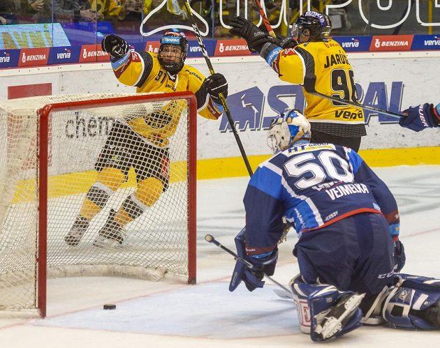 Zleva Jan Myšák z Litvínova, brankář Brna Karel Vejmelka, který inkasoval gól a Richard Jarůšek z Litvínova.