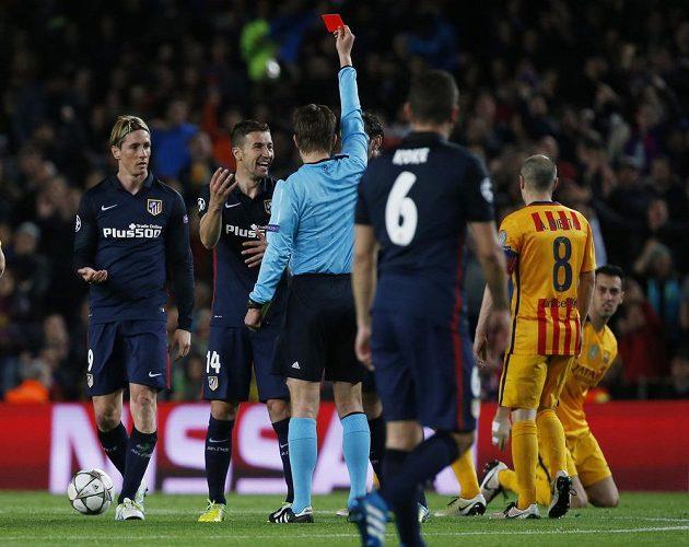 Červená karta v ruce Felixe Brycha patří Fernandu Torresovi (vlevo) z Atlética.