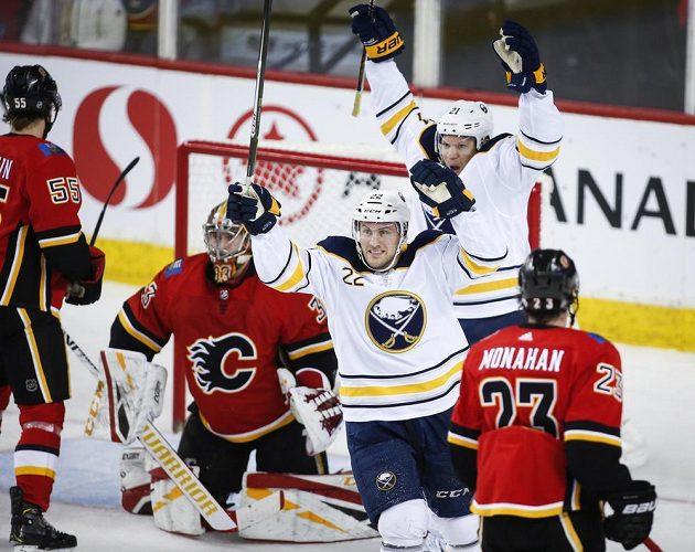 Hráči Buffala jásají, brankář Calgary David Rittich je na kolenou.