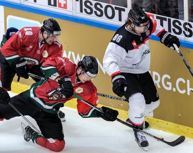 Sean Bergenheim a Jacob Larsson stíhají Juliena Sprungera z Fribourgu.