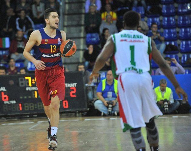 Český basketbalista Tomáš Satoranský (vlevo) v dresu Barcelony v utkání s Izmirem.