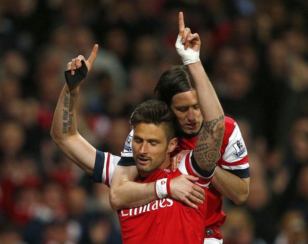 Tomáš Rosický slaví gól Arsenalu proti West Hamu na zádech autora vítězné trefy Oliviera Girouda.