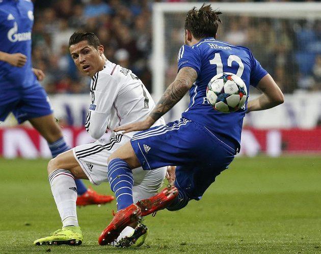 Fotbalista Realu Madrid Cristiano Ronaldo (vlevo) v soubji s Markem Hogerem ze Schalke v Lize mistrů.