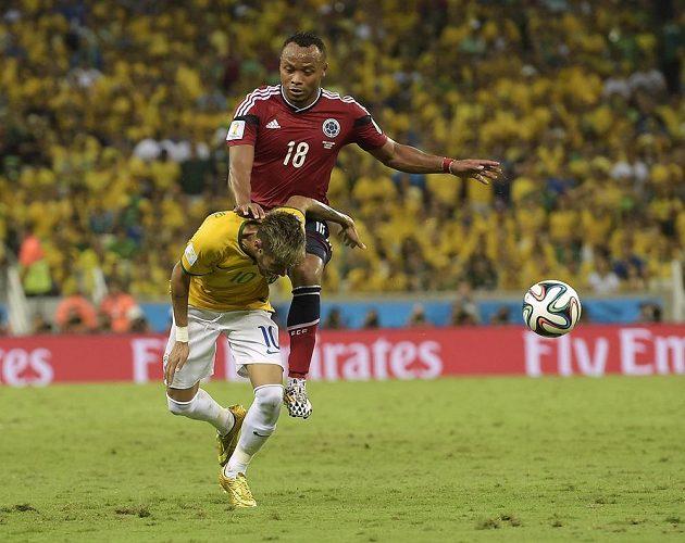 Kolumbijec Juan Camilo Zúňiga takhle v závěru čtvrtfinále atakoval Brazilce Neymara.