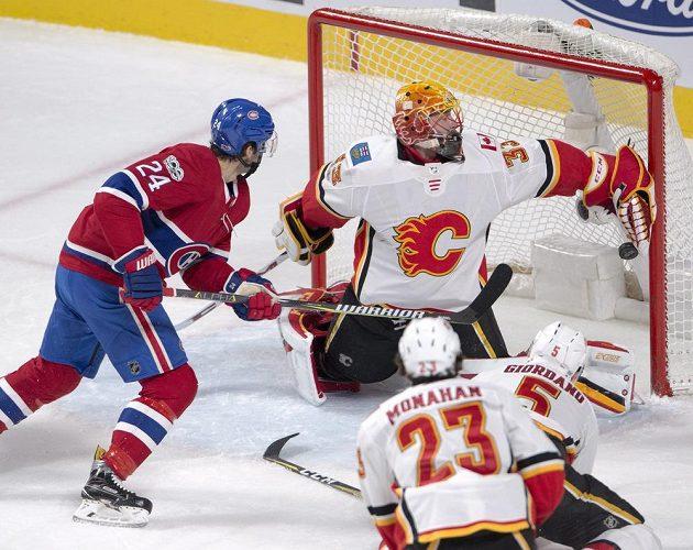 Útočník Montrealu Canadiens Phillip Danault překonává Davida Ritticha v brance Calgary v utkání NHL.