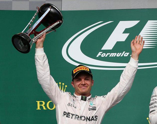 Podobnou radost s trofejí si už Rosberg neužije...