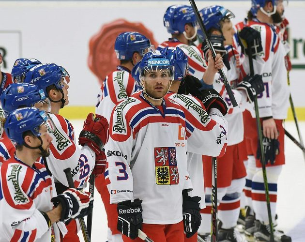 Zklamaní čeští hokejisté po porážce s Ruskem. Uprostřed je Tomáš Voráček.