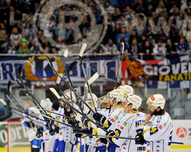 Hokejisté Komety Brno slaví s fanoušky vítězství nad Libercem.