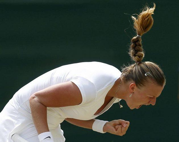 Radostné gesto Petry Kvitové po vítězství v prvním setu proti Španělce Suárezové Navarrové.