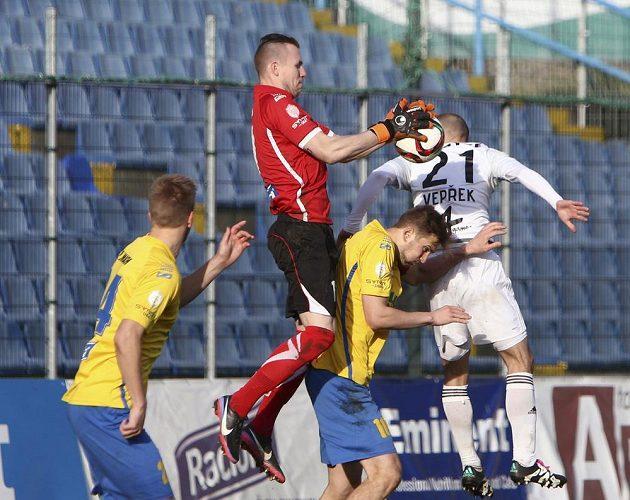 Zlínský brankář Stanislav Dostál ukrývá míč v rukavících při utkání s Olomoucí.