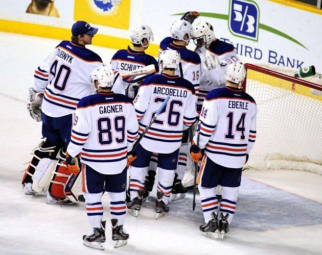 Hokejisté Edmontonu se radují z vítězství nad Nashvillem.
