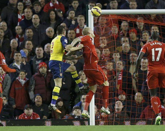 Obránce Arsenalu Mathieu Debuchy (vlevo) střílí přes obránce Liverpoolu Martina Škrtela vyrovnávací gól.