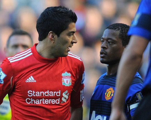 Luis Suárez (vlevo) ještě v dresu Liverpoolu a Patrice Evra v dresu Manchesteru United. Oba hráči se dodnes nemusí.