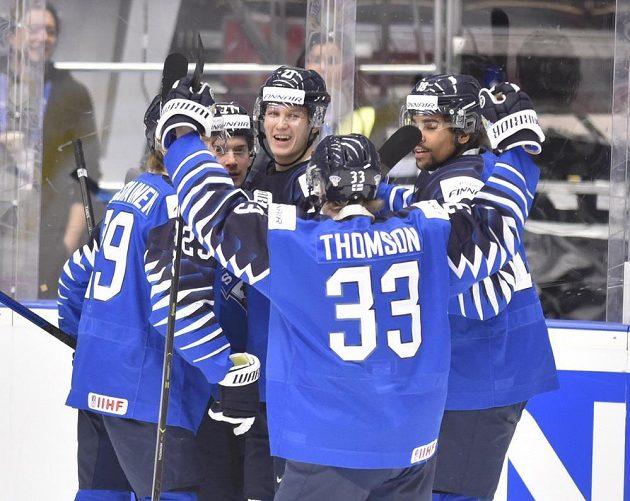 Finští hokejisté se radují z gólu v duelu o bronz.