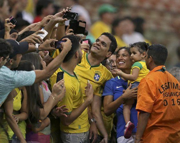 Brazilci si fotografují domácí fotbalistku Cristiane.
