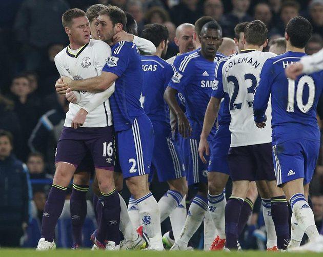 Šarvátka fotbalistů Chelsea (v modrém) a Evertonu. Vlevo James McCarthy a Branislav Ivanovič.