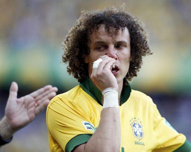 Brazilec David Luiz se pokuší zstavit krev tekoucí z nosu v utkání Poháru FIFA proti Mexiku.