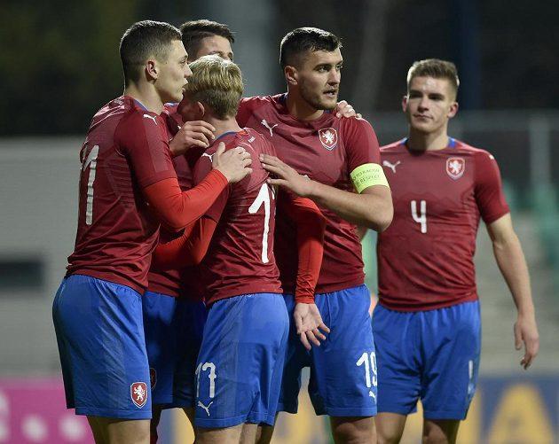 Čeští fotbalisté se radují z gólu proti San Marinu.