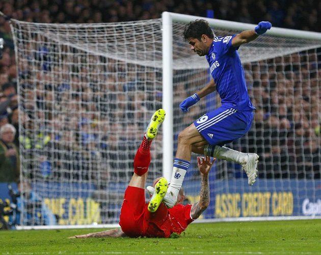Surový zákrok - Diego Costa kolíky záměrně došlápl na slovenského obránce Liverpoolu Martina Škrtela.